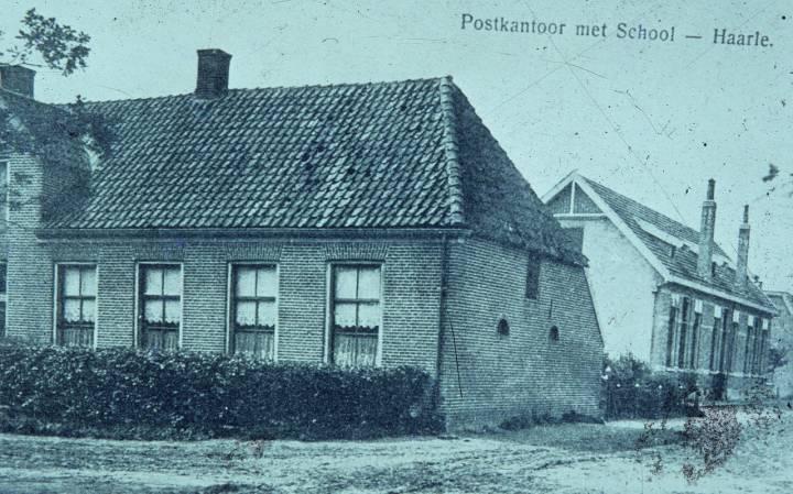 Het oude postkantoor op de voorgrond, daarachter de openbare school en onderwijzerswoning. Daar staan nu bejaardenwoningen (Poggenbeltweg)